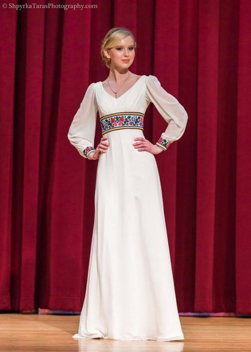Їй вдається дуже гармонійно поєднувати атлас і шифон з вишивкую. Саме  завдяки цьому сукні виглядают сучасно і a952d2d4f8114