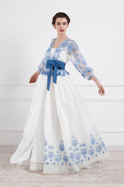 Їй вдається дуже гармонійно поєднувати атлас і шифон з вишивкую. Саме  завдяки цьому сукні виглядают сучасно і a9abeff864570