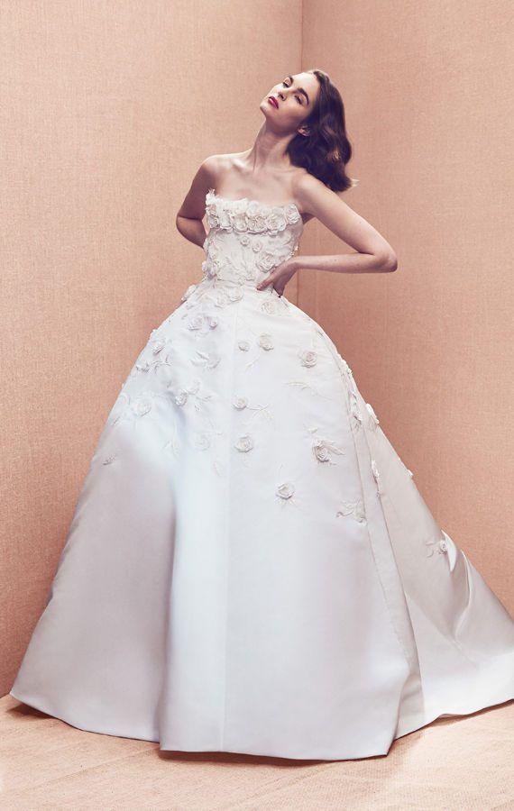 Пышное свадебное платье без бретелек от Oscar de la Renta. Свадебный наряд, украшенный нежными цветами, смотрится изящно и женственно. Bridal Spring 2020 Collection.