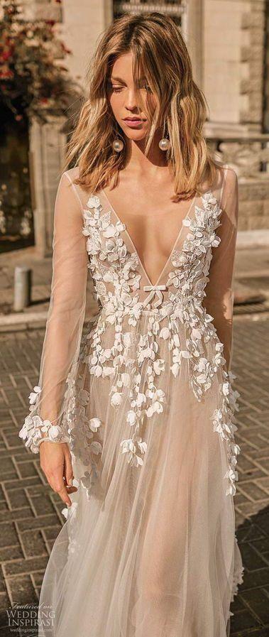 Длинные прямые свадебные платья, украшенные цветами с глубоким v-образным вырезом декольте и длинными рукавами. Новая коллекция Весна 2020 от Berta
