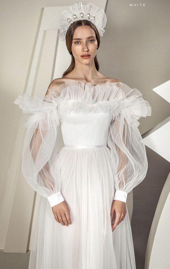 Свадебное корсетное платье из тюля и плиссе с рюшами на декольте и рукавами большого размера с манжетами на пуговицах. Дизайнер Alon Livné. Коллекция свадебных платьев 2020