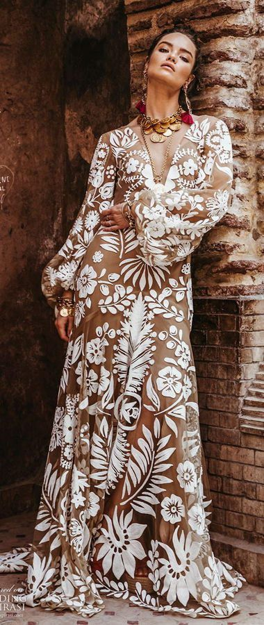 """Свадебное платье в стиле бохо-шик, с глубоким V-образным вырезом, с манжетами, которые подчеркивают собранные длинные рукава. Rue de Seine's """"Wild Heart"""" bridal collection 2020"""
