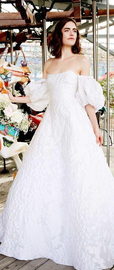 Открытое свадебное платье без бретелей с пышными рукавами- воланами и пышной юбкой из новой коллекции 2020 от Lela Rose