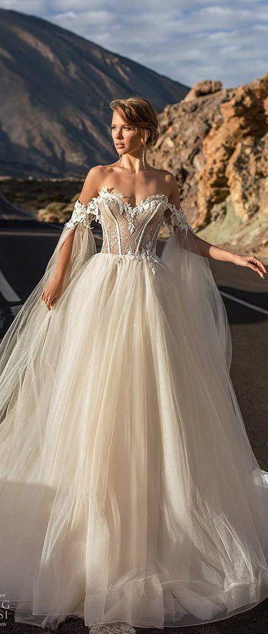 Бальное свадебное платье с пышной юбкой и роскошным открытым лифом. Спущенные рукава с длинными прозрачными кейпами. Ari Villoso 2020 Wedding Dresses