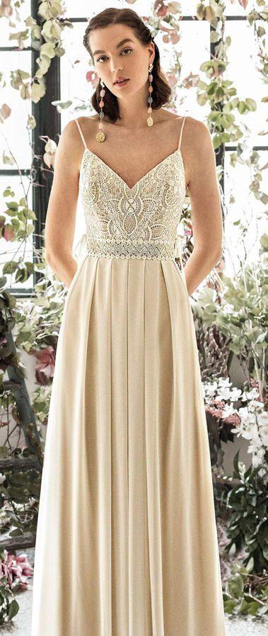 Приталенное, длинное свадебное платье на тонких бретелях. Metropolitan Collection 2020 Wedding Dresses