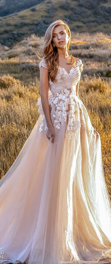 Восхитительное свадебное платье цвета айвори с пышной многослойной юбкой и очаровательным корсетом, усыпанным объемными цветами. Crystal Design Couture Wedding Dresses 2020