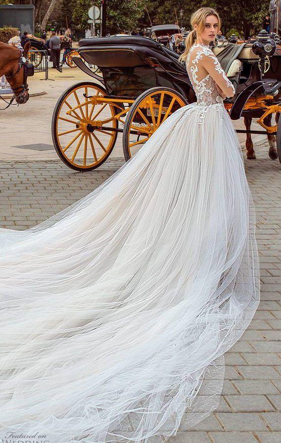 Эффектное, свадебное платье с пышной юбкой и длинным роскошным шлейфом, украшено изысканной вышивкой и кружевами. Ricca Sposa 2020 Wedding Dresses