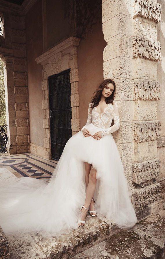 Асимметричное пышное, свадебное платье с кружевным лифом, длинными рукавами и шлейфом. Monique Lhuillier Bridal Spring 2020. High Low Bridal Dresses