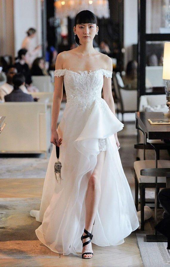 Нежное, свадебное платье с асимметричной юбкой и приспущенными бретелями от Ines Di Santo Bridal Spring 2020