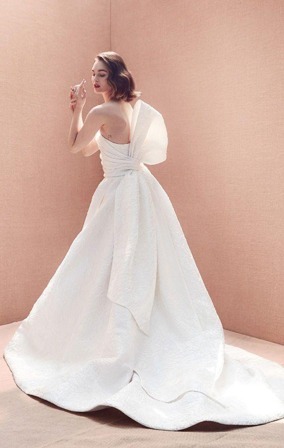 Пышное, белое, свадебные платье без бретелек с большим асимметричным бантом от Oscar de la Renta, новая весенняя коллекция, Bridal Spring 2020