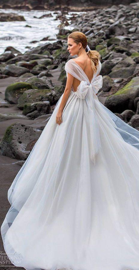 Пышное, бальное, свадебное платье с большим бантом сзади. Коллекция свадебных платьев Ari Villoso в стиле диснеевских принцесс. Sleeping Beauty's Wedding Dresses. Сказочное платье для сказочного вдохновения. Disney Wedding Dresses For Fairy Tale Inspiration.