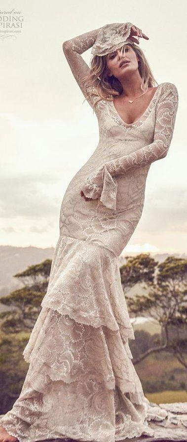 Элегантное свадебное платье от Grace Loves Lace. В платье представлены самые изысканные шампанские и серебряные кружева, созданные для того, чтобы блестеть и переливаться на коже. С лестным низким v-образным вырезом, открытой спиной, длинными рукавами с эффектной манжетой и многоуровневой юбкой-русалкой. Новая коллекция 2020