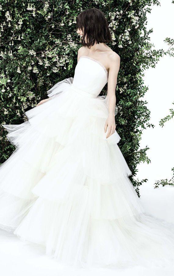 Элегантное, классическое, свадебное платье с многоярусной, пышной юбкой