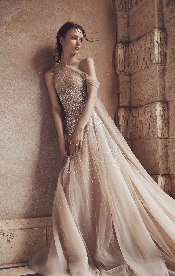 Изысканное нежное, блестящее, асимметричное свадебное платье на одно плечо цвета нюд в новой коллекции Весна 2020 от Monique Lhuillier