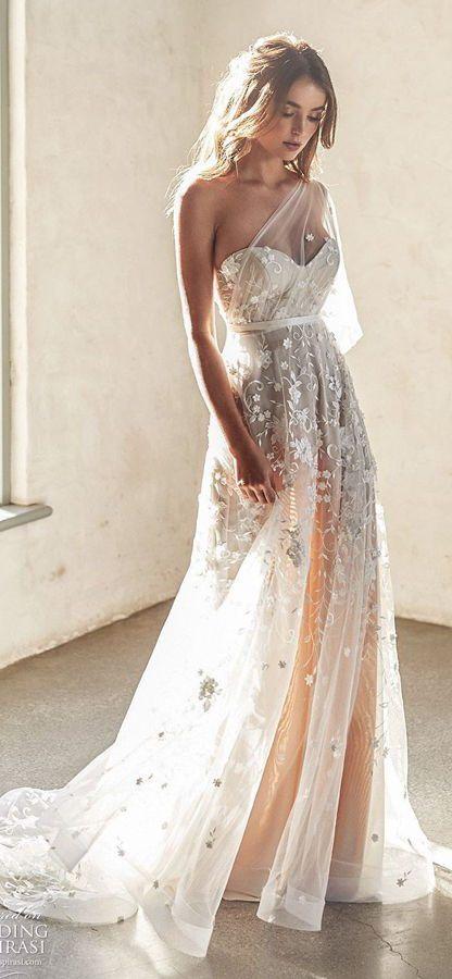 Невероятное кружевное свадебное платье цвета слоновой кости, украшенное самым изысканным вышитым тюлем, цветами, бусинами и блестками. Платье Avery Dress с шелковым лифом и отделкой на одно плечо со съемным, воздушным рукавом от Anna Campbell 2020 Wedding Dresses