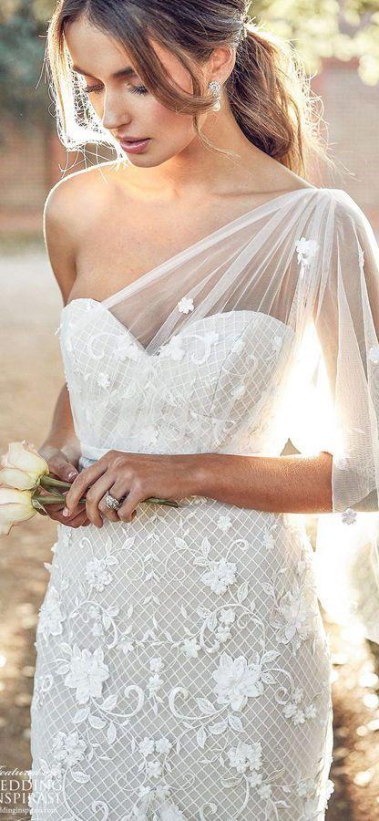 Нежное, кружевное, открытое свадебное платье украшено изысканным вышитым тюлем и цветами. Платье Moss с облегающей юбкой, приталенным лифом и элегантной отделкой на одно плечо, включая съемный воздушный рукав. Anna Campbell 2020 Wedding Dresses