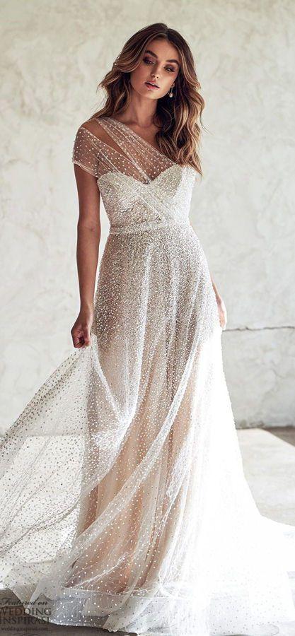 Свадебное платье с асимметричным верхом Tate Side Split, созданное из завораживающего сверкающего блестками тюля с ручной отделкой, является идеальным платьем для свадебного торжества. Anna Campbell Lumiere Collection
