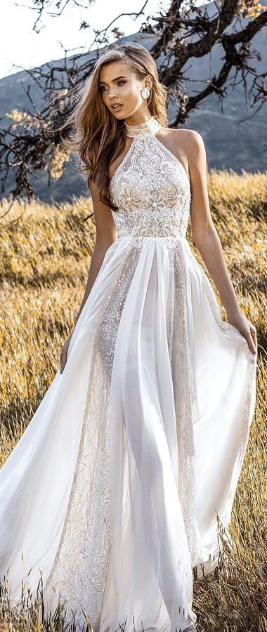 Волшебное, приталенное свадебное платье с вырезом халтер. Лиф покрыт аппликацией и вышивками. Юбка из воздушного фатина. Crystal Design Couture Wedding Dresses 2020