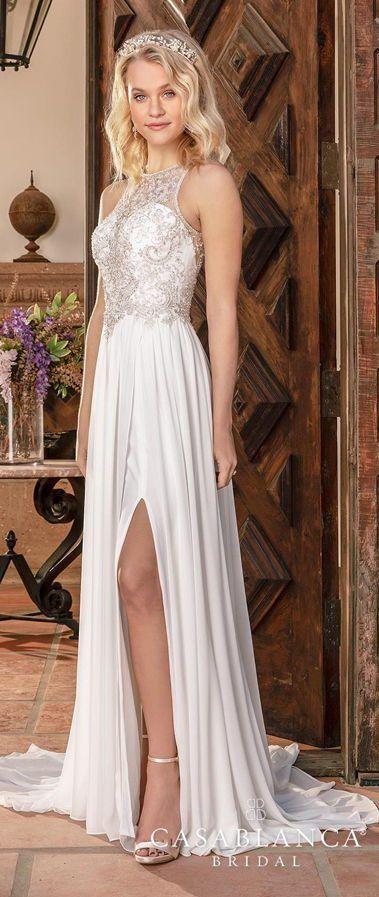 Легкое приталенное свадебное платье оттенка айвори с кружевным лифом с горловиной «халтер». Юбка с бантовыми складками дополнена асимметричным разрезом, свободно струится, переходя в шлейф. Casablanca Bridal's Collection 2020