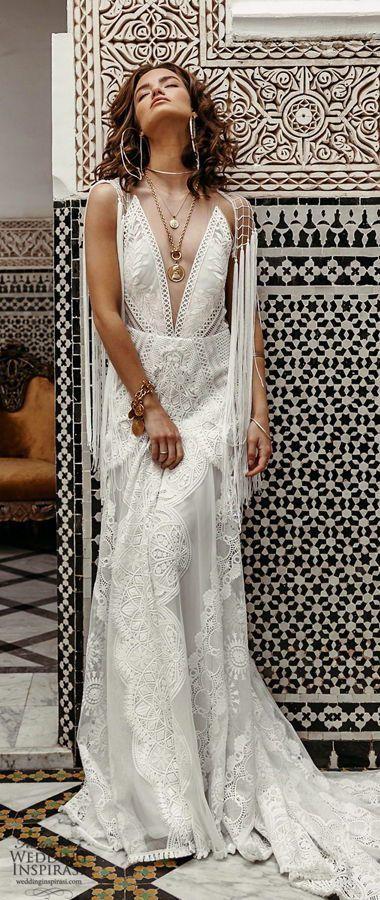 Романтическое, кружевное свадебное платье со шлейфом и глубоким вырезом декольте, в стиле 70-х. Rue De Seine 2020 Wedding Dresses