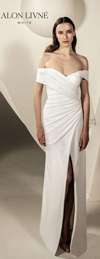 Элегантное свадебное платье-футляр с открытыми плечами и высоким разрезом. Alon Livne White Wedding Dresses