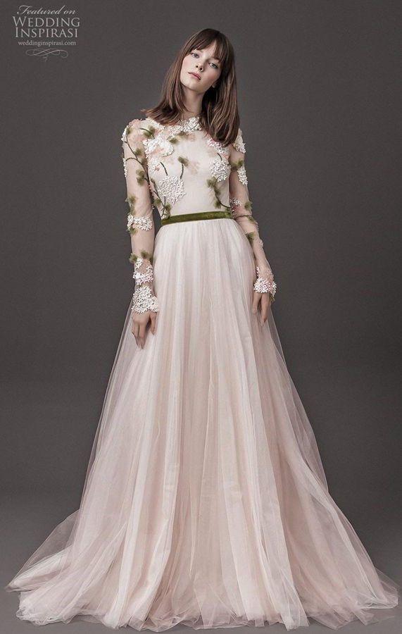 Пышное, цветное свадебное платье с длинным рукавом. Лиф дополнен декором в виде маленьких белых цветов, а также зеленых листиков. Daalarna Couture Wedding Dresses Spring 2020