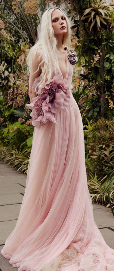 Смелое, цветное свадебное платье с крупными цветами, глубоким вырезом декольте и длинным шлейфом. Свадебная коллекция Vera Wang весна-лето 2020