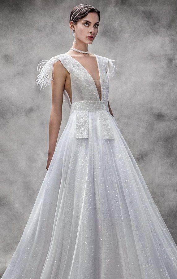 Пышное свадебное платье оттенка слоновой кости с глубоким v-образным вырезом декольте. Бретели украшены перьями. Victoria Kyriakides Spring 2020 Wedding Dresses