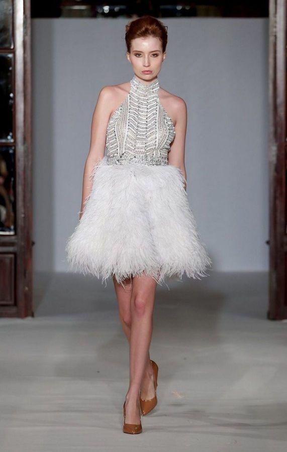 Короткое свадебное платье с вырезом горловины