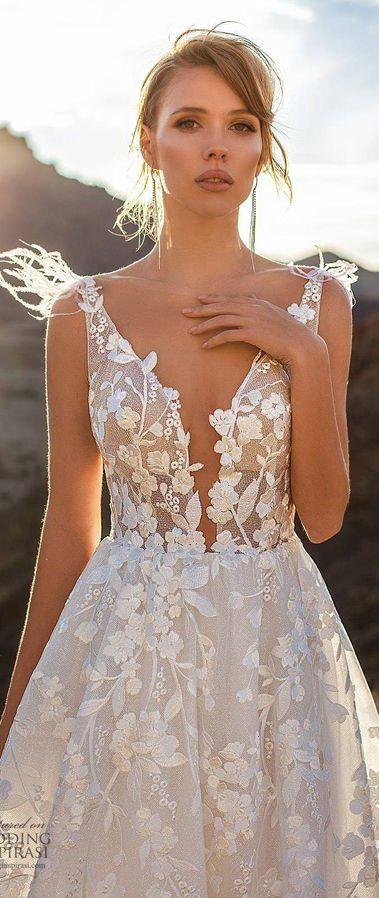 Ажурное свадебное платье с глубоким v-образным вырезом декольте. Бретели украшены перьями. Ari Villoso 2020 Wedding Dresses