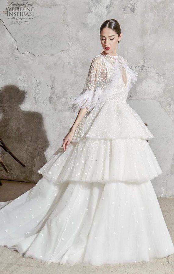 Пышное свадебное платье с многоуровневой юбкой и рукавами длиной 3/4, украшенными перьями. Zuhair Murad Bridal Spring 2020 Collection