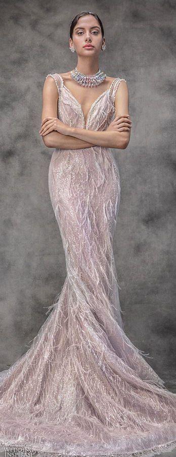 Изысканное свадебное платье силуэта «русалка» нежно розового оттенка, декорировано перьями. Victoria KyriaKides Wedding Dresses Spring 2020