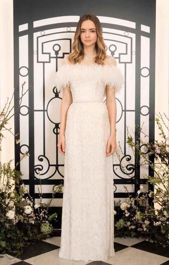 Свадебное платье прямого кроя c лифом, украшенным перьями. Коллекция одежды Jenny Packham Весна-лето 2020