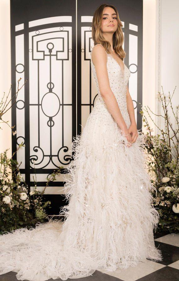 Длинное свадебное платье на тонких бретелях, с перьями и шлейфом. Jenny Packham Bridal Spring 2020 Collection