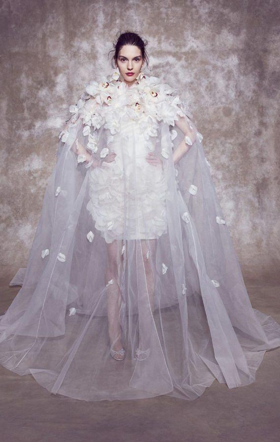 Сказочное, короткое свадебное платье с объемными цветами и длинной, прозрачной накидкой. Свадебные платья Marchesa весна-лето 2020