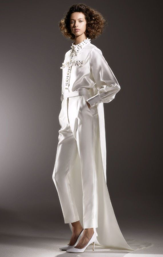Свадебный брючный костюм невесты, украшенными драгоценными камнями, с длинным шлейфом. Коллекция Viktor {amp}amp; Rolf Bridal весна-лето 2020