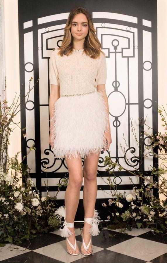 Короткое подвенечное платье с юбкой, украшенной белыми перьями и бежевым лифом с короткими рукавами от Jenny Packham. Новая свадебная коллекция 2020