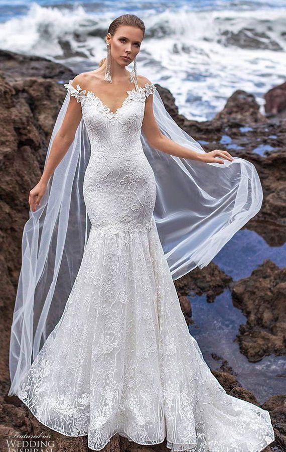 Нежное свадебное платье-русалка c v-образным вырезом-декольте и накидкой. Ari Villoso 2020 Wedding Dresses