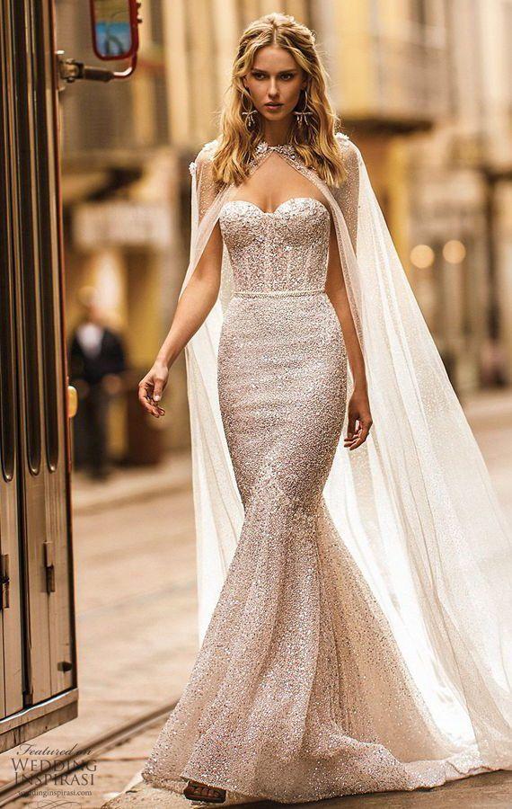 Длинное, раслешенное свадебное платье без бретель от Berta из бежевой сверкающей ткани. В качестве дополнений можно использовать накидку или манто. Новая коллекция 2020.