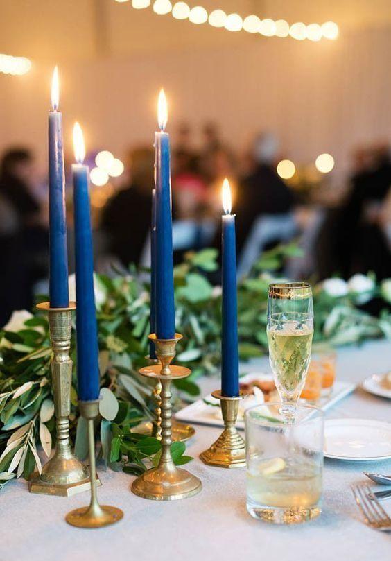 Свадьба в красном цвете (67 фото): оформление свадебного фона в красно-белых и красно-синих тонах, декор свечей и бутылок на столе жениха и невесты